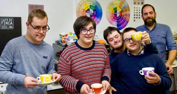 Down Café, iniciativa solidaria en el quiosco de la plaza de Ourense