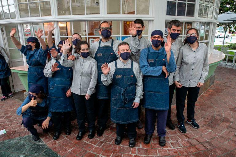 El equipo de El Quiosco de Down Experience que hace posible el famoso bocadillo de calamares