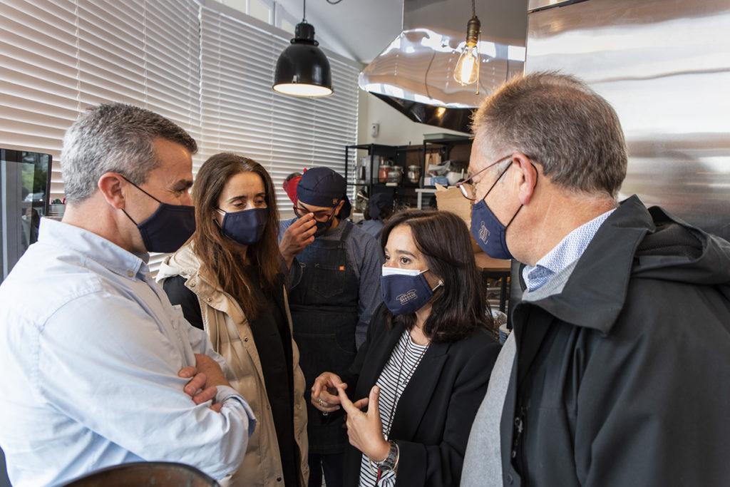 Visita inaugural a El Quiosco de Down Experience de la alcaldesa, Inés Rey, la concejala de Benestar Social, Yoya Neira, que están acompañadas del presidente de Down Coruña, Ricardo Santos, y el vicepresidente Manuel Álvarez