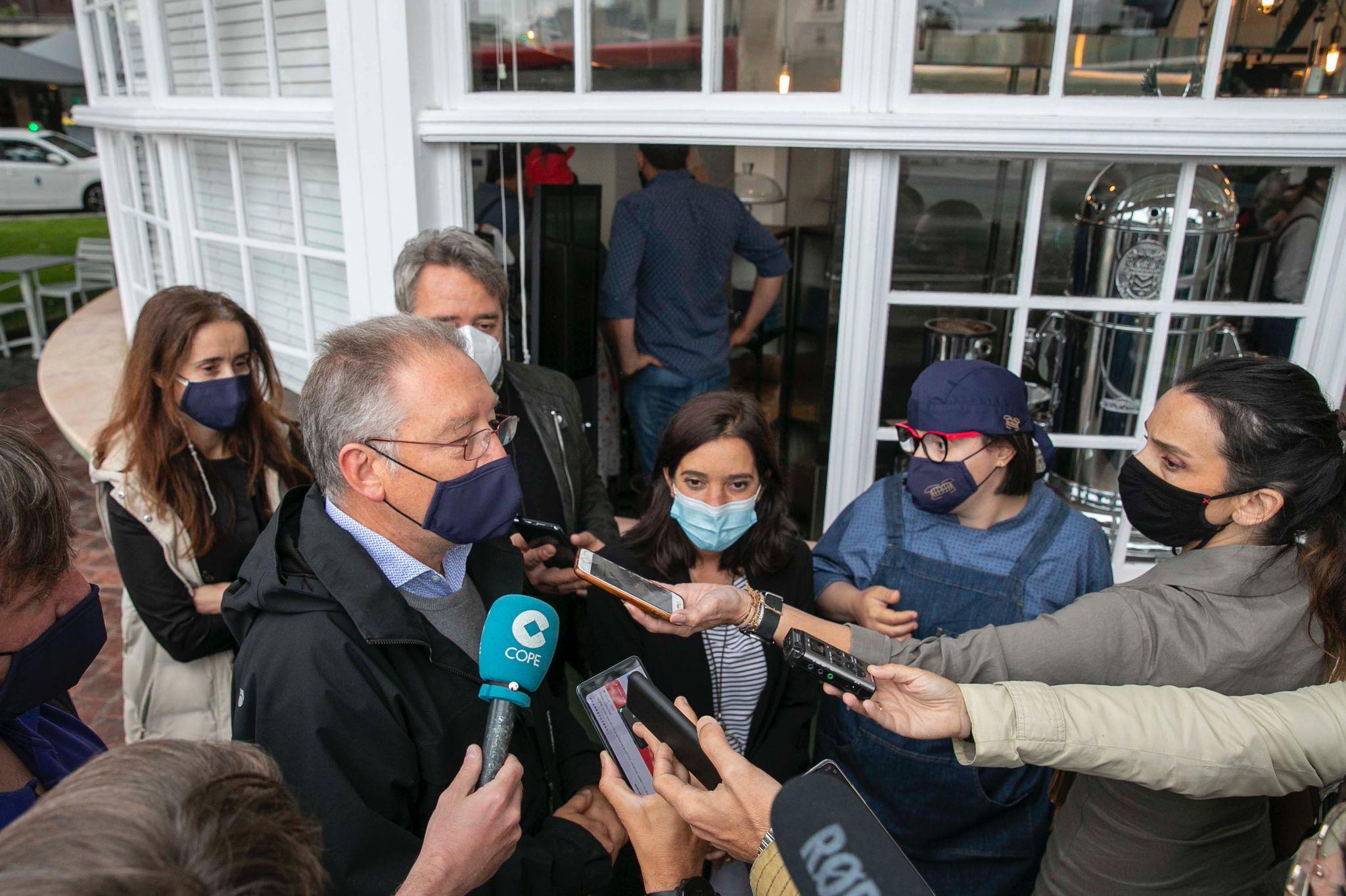 Visita inaugural a El Quiosco de Down Experience de la alcaldesa, Inés Rey, la concejala de Benestar Social, Yoya Neira, que están acompañadas del presidente de Down Coruña, Ricardo Santos