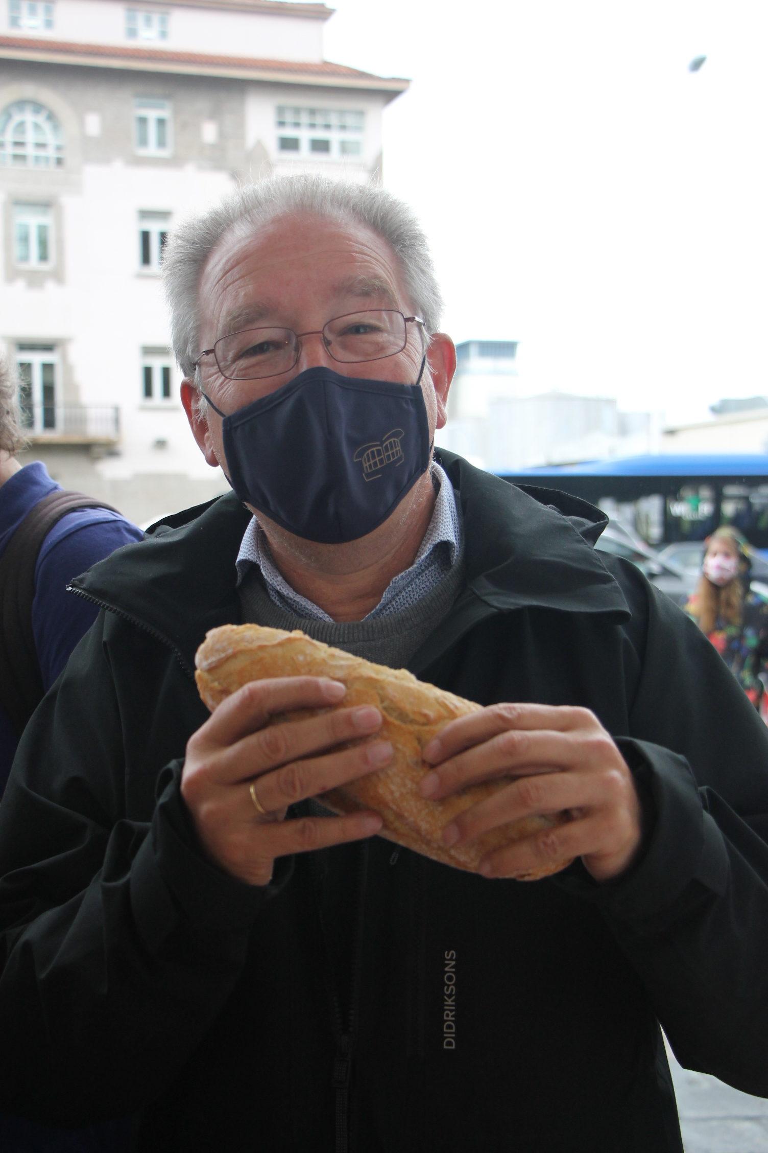El presidente de Down Coruña, Ricardo Santos, degustando un bocata de calamares de El Quiosco de Down Experience